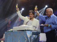 Roberto Carlos brinda 77 anos e distribui bolo em show. Fotos!