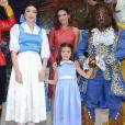 Carol Celico posa com a filha, Isabella, e personagens do desenho 'A Bela e A Fera'