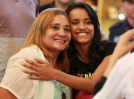 Ex-BBB Gleici tira foto com fãs em aeroporto do Rio ao embarcar para o Acre