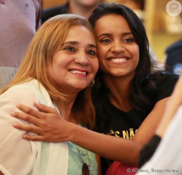 Ex-BBB Gleici Damasceno recebe o carinho dos fãs ao embarcar para o Acre em aeroporto do Rio de Janeiro, em 21 de abril de 2018