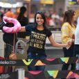 Ex-BBB Gleici Damasceno embarca com camisa com frase icônica de Clara em 'O Outro Lado do Paraíso'