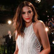 Bruna Marquezine elege mini vestido com paetê para festa disco. Foto!
