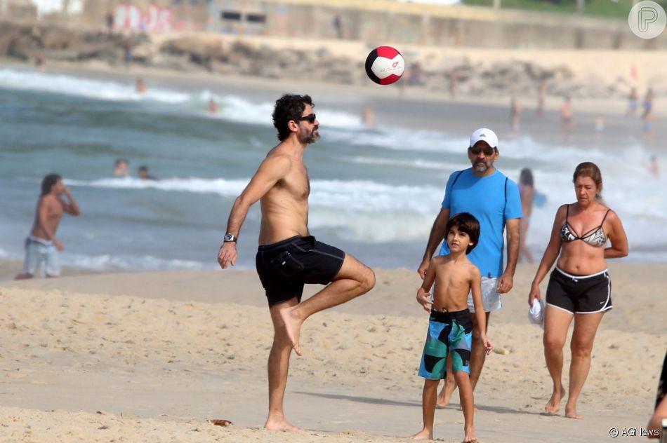 Eriberto Leão se diverte em folga de novela com o filho João na praia do Rio de Janeiro nesta segunda-feira, dia 23 de abril de 2018
