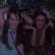 Bárbara (Renata Randel) e Frida (Sienna Belle) vão até o cemitério, onde seria a locação de um suposto clipe, e levam sustos, no capítulo que vai ao ar segunda-feira, dia 30 de abril de 2018, na novela 'Carinha de Anjo'