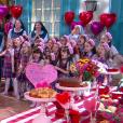 As crianças do colégio Doce Horizonte fazem festa surpresa para receber Madre Superiora (Eliana Guttman), no capítulo que vai ao ar quarta-feira, dia 2 de maio de 2018, na novela 'Carinha de Anjo'