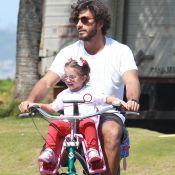 Filha de Deborah Secco e Hugo Moura usa óculos rosa ao voltar de escola com pai