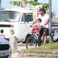 Hugo Moura pedala ao buscar a filha, Maria Flor, na escola