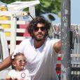 Filha de Deborah Secco e Hugo Moura, Maria Flor usou um óculos rosa com modelo aviador