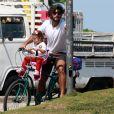 Hugo Moura estaciona bicicleta ao buscar a filha, Maria Flor, na escola