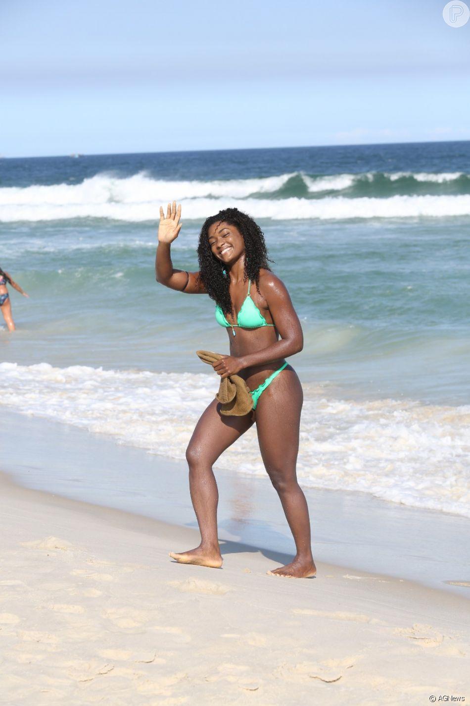 Erika Januza curtiu este domingo, 29 de abril de 2018, na praia da Barra da Tijuca, no Rio de Janeiro
