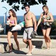 Mariana Goldfarb deixou a praia descalça na companhia de amigos