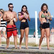 Namorada de Cauã Reymond, Mariana Goldfarb vai à praia com amigos. Fotos!