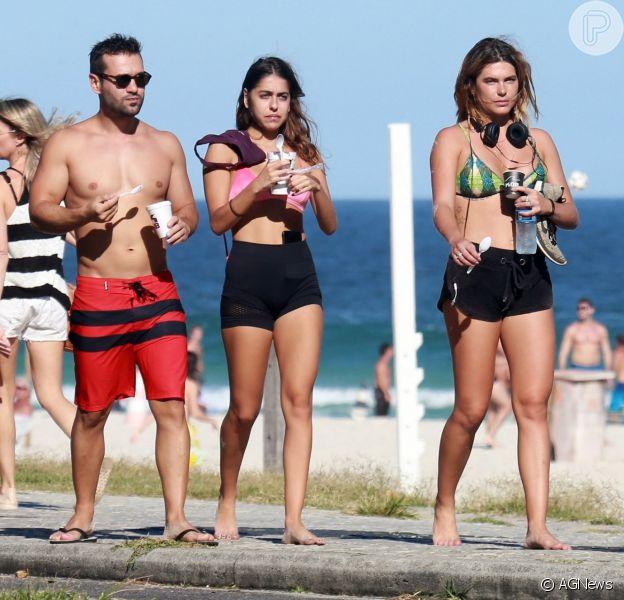 Namorada de Cauã Reymond, Mariana Goldfarb vai à praia com amigos nesta segunda-feira, dia 30 de abril de 2018