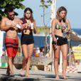 Mariana Goldfarb escolheu um biquíni estampado verde para o dia de praia