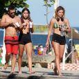 Mariana Goldfarb, namorada de Cauã Reymond, escolheu um look confortável para o dia de praia com amigos