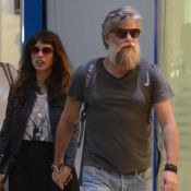 Maria Ribeiro e Fabio Assunção caminham de mãos dadas em aeroporto. Fotos!