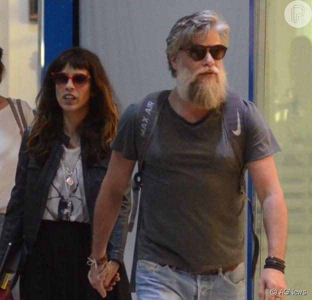 Maria Ribeiro e Fabio Assunção caminham de mãos dadas em aeroporto nesta terça-feira, dia 01 de maio de 2018