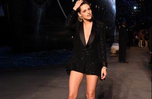 Cabelo messy e vestido-blazer: o look de Kristen Stewart em desfile da Chanel
