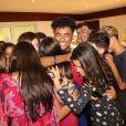 Mel Maia ganha abraço coletivo de amigos em festa de aniversário surpresa