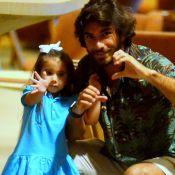Filha de Deborah Secco, Maria Flor dá tchau para paparazzo em shopping. Fotos!