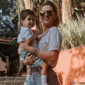 Aline Gotschalg dá celular para filho em restaurante, mas pondera: 'Já julguei'