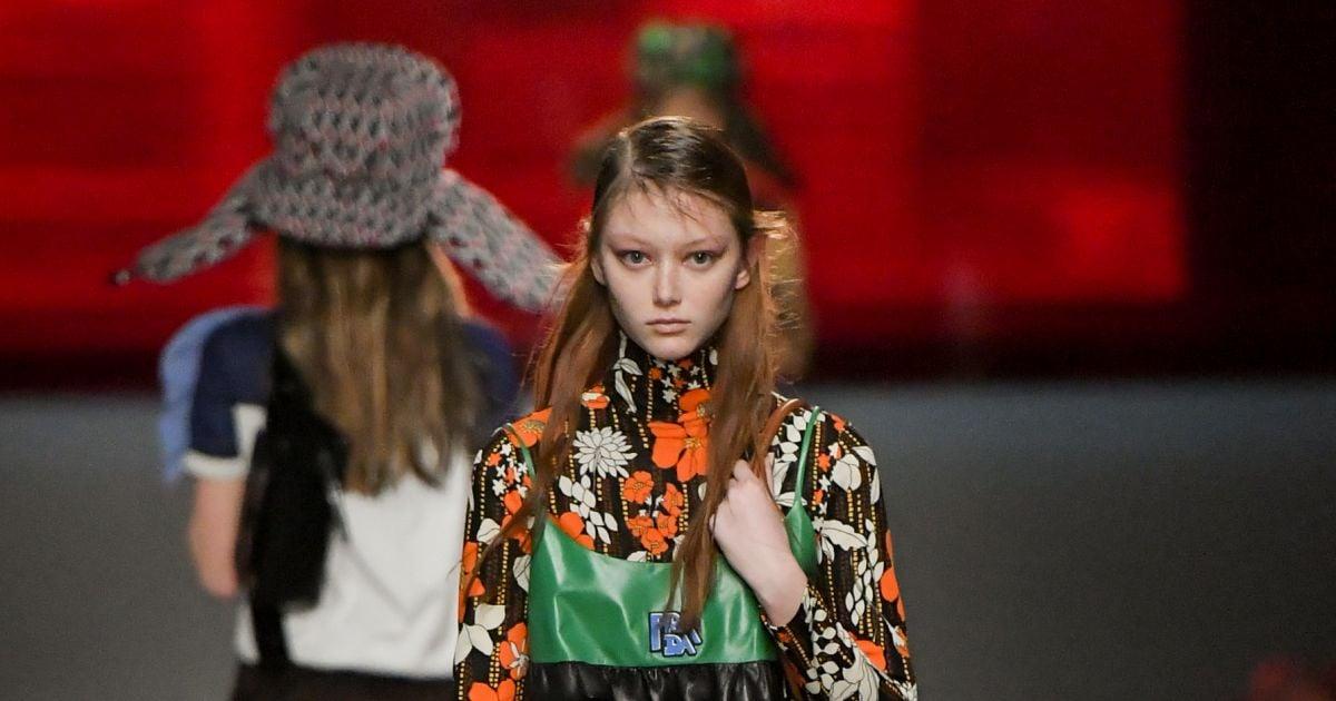 0bbb381680760 A estilista Miuccia Prada organizou o Resort 2019 da grife com clássicos  que remetiam a peças e tendências inspiradas na moda dos anos 90 -  Purepeople