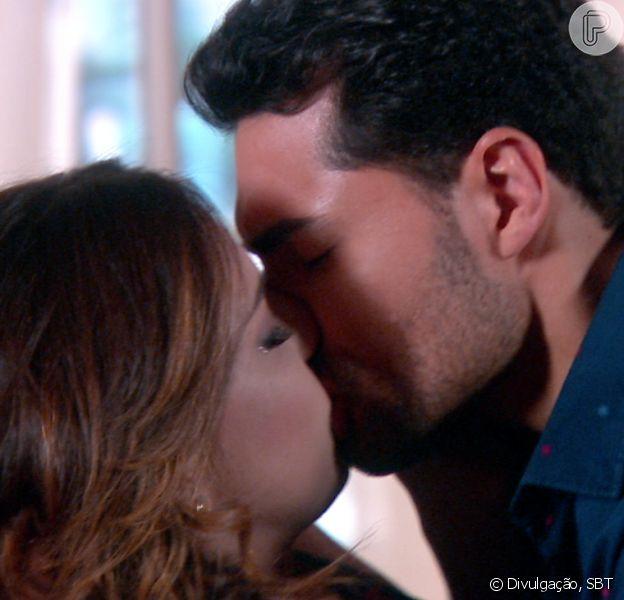 Cecília (Bia Arantes) beija Gustavo (Carlo Porto) depois de se reconciliarem, na novela 'Carinha de Anjo'
