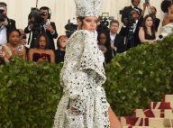 Autoridade fashion! Rihanna encarna papisa em look no Met Gala 2018. Fotos!