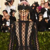 De coroa, Cara Delevingne revela lingerie em look Dior ousado no Met Gala