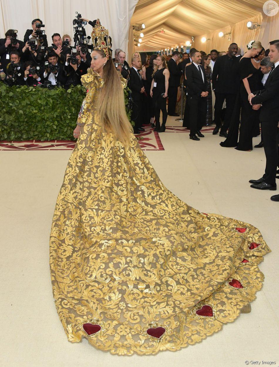 O vestido de Sarah Jessica Parker teve inspiração barroca, com enfeites do  movimento e corações sagrados bordados f9c98686b2
