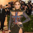 Jennifer Lopez atraiu flashs com o look poderoso da Balmain e wet hair