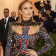Jennifer Lopez vestiu Balmain no evento de gala: seu longo tinha uma cruz azul bordada no colo