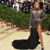 Cauda de pluma, fenda e wet hair: o look de Jennifer Lopez no Met Gala. Fotos!