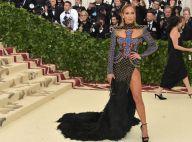 Cauda de pluma, fenda e wet hair: o look de Jennifer Lopez no Met Gala. Fotos!