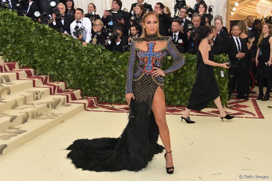 Jennifer Lopez combinou fenda, cauda de plumas e bordado em look do Met Gala, realizado nesta segunda, 07 de maio de 2018