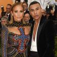 Jennifer Lopez posa com o estilista da Balmain, Olivier Rousteing