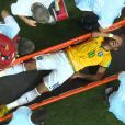 Neymar deixou o campo em uma maca, chorando de dor