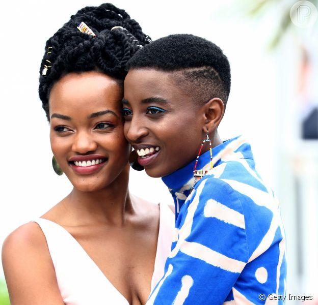Sheila Munyiva, de nude e Samantha Mugatsia, de azul, são atrizes quenianas do filme 'Rafiki' e chamaram atenção no Festival de Cannes pelo visual estiloso