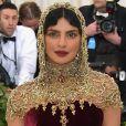 A sombra dourada de  Priyanka Chopra combinou com o seu véu durante o Met Gala 2018