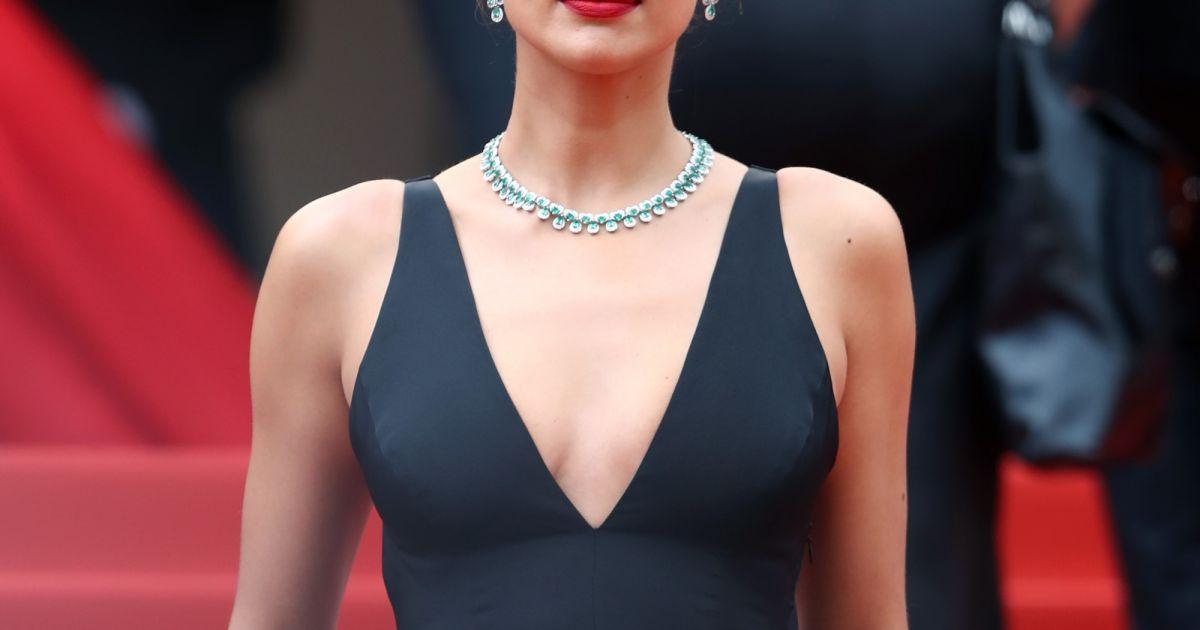 111678413 Irina Shayk usou vestido Twinset com decote em 'V' no Festival de Cannes,  na França, nesta quarta-feira, dia 9 de maio de 2018 - Purepeople
