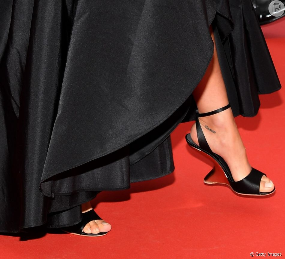d155c7fd0 Irina Shayk escolheu par de sapatos Salvatore Ferragamo com os famosos  saltos ondulados 'F heel' para desfilar no tapete vermelho do Festival de  Cannes