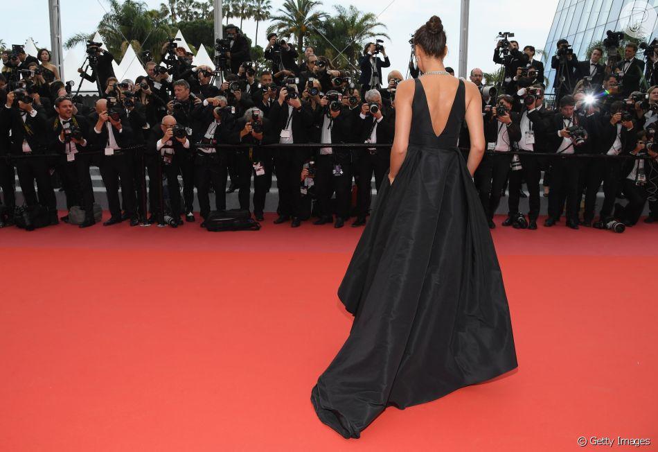 5e729b86c O vestido Twinset usado por Irina Shayk em Cannes tinha decote em 'V' no  colo e nas costas e cauda