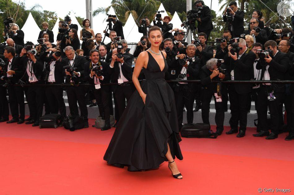 0131566ec Irina Shayk usou look elegante para prestigiar o segundo dia do Festival de  Cannes nesta quarta