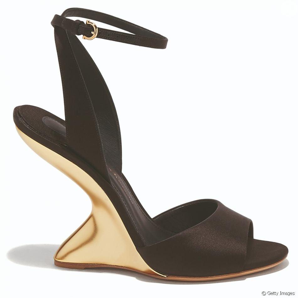 7c62f0d035e6b Modelo de sapato F Wedge usado por Irina Shayk em Cannes é da grife  italiana Salvatore Ferragamo, feito de cetim preto e com saltos  F heel  e  podem ser ...