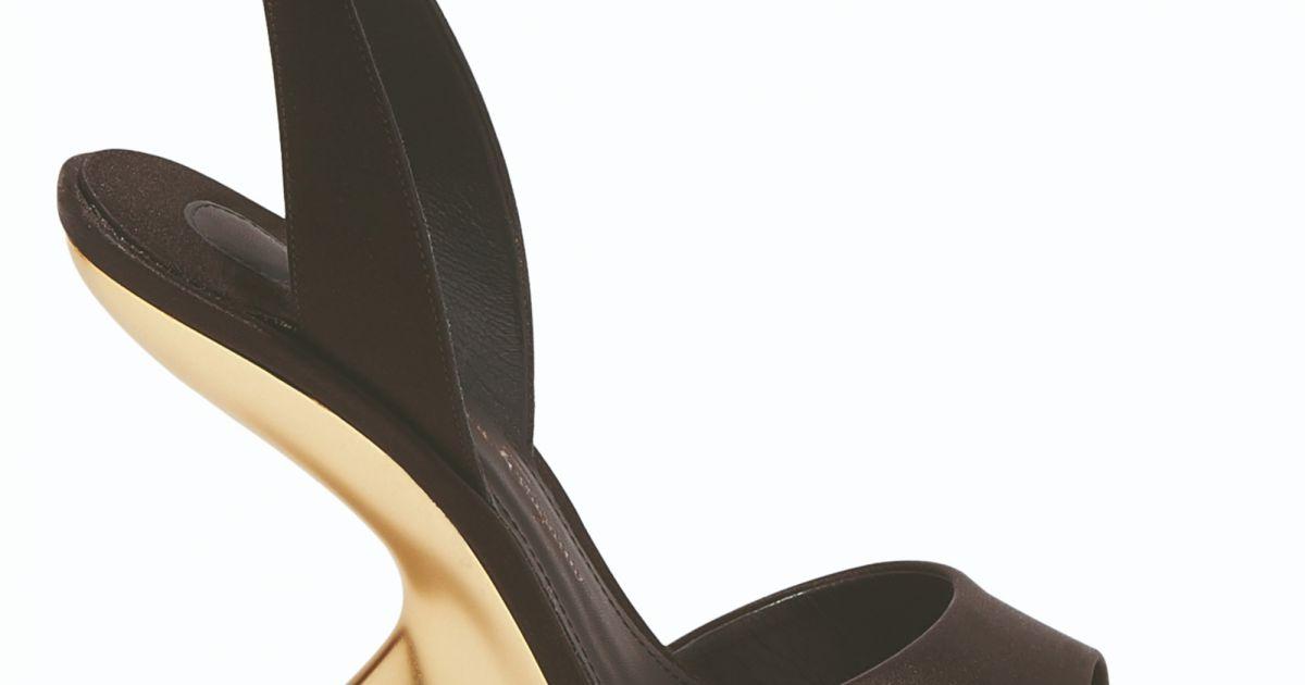 d0e9dd2a7 Modelo de sapato F Wedge usado por Irina Shayk em Cannes é da grife  italiana Salvatore Ferragamo, feito de cetim preto e com saltos 'F heel' e  podem ser ...