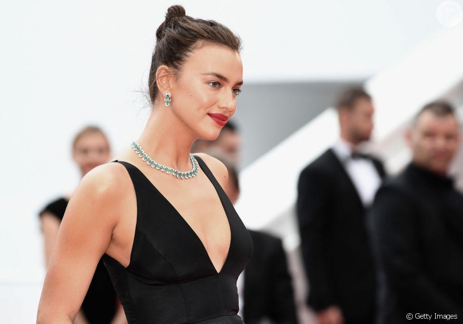 293e84b68 Com cabelo preso em coque, Irina Shayk deu destaque às joias da suíça  Chopard no Festival de Cannes 2018