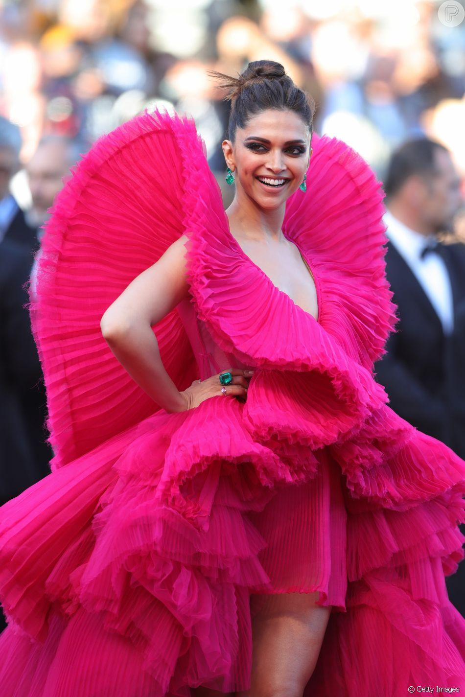 Vestido Ashi de Deepika Padukone em Cannes é feito de chiffon plissado com armações que dão volume e movimento à peça