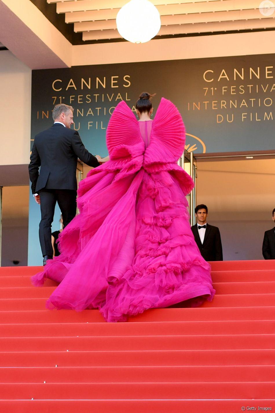 Vestido Ashi Studio plissado usado por Deepika Padukone em Cannes tem longa cauda