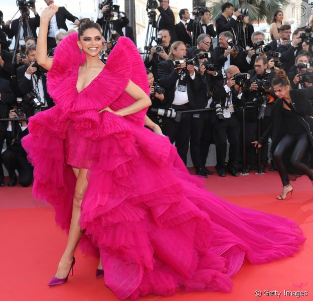 Atriz e modelo indiana Deepika Padukone compareceu ao 71º Festival de Cannes com vestido volumoso rosa neon nesta sexta-feira, dia 11 de maio de 2018