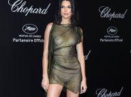Ousada! Kendall Jenner escolhe look revelador metálico em Cannes. Fotos!